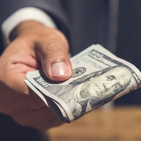 Dłoń zbanknotem